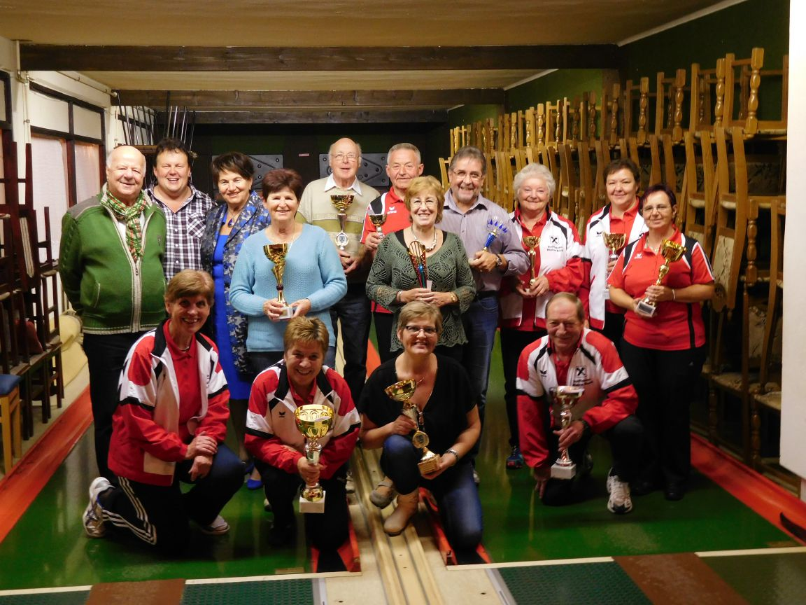 Die Pokalgewinner im Kreise der Gratulanten, welche sich besonders über die Anwesenheit und den Gratulationen von Landesobfrau Sophie Bauer und Bezirksobmann Reinhold Metelko erfreuten.