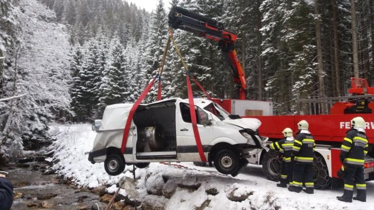 Kleintransporter überschlagen: Fahrer blieb unverletzt