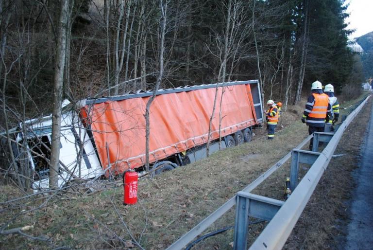 LKW Unfall auf der A9: Umweltgefährdung verhindert