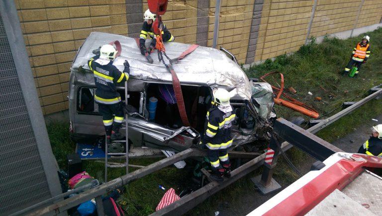 Mit Kleinbus überschlagen: 6 Verletzte
