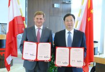 v.l.n.r.: Leobens Bürgermeister Kurt Wallner und Zhu Zhisong, Bezirksvorsteher des Bezirkes Minhang in Shanghai