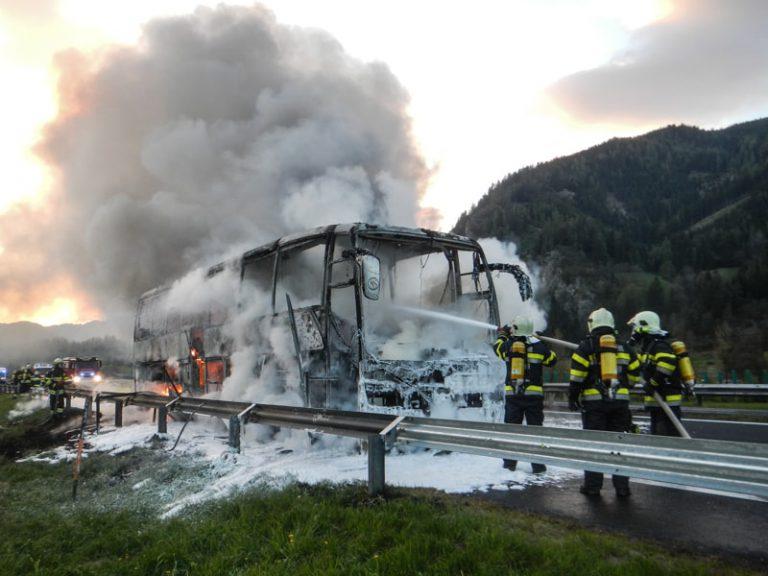 A9: Reisebus brannte vollständig aus