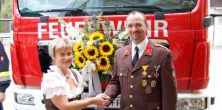 Bürgermeisterin Anita Weinkogl übergab an Kommandant HBI Hannes Antonitsch die Fahrzeugschlüssel für das neue Hilfeleistungsfahrzeug.