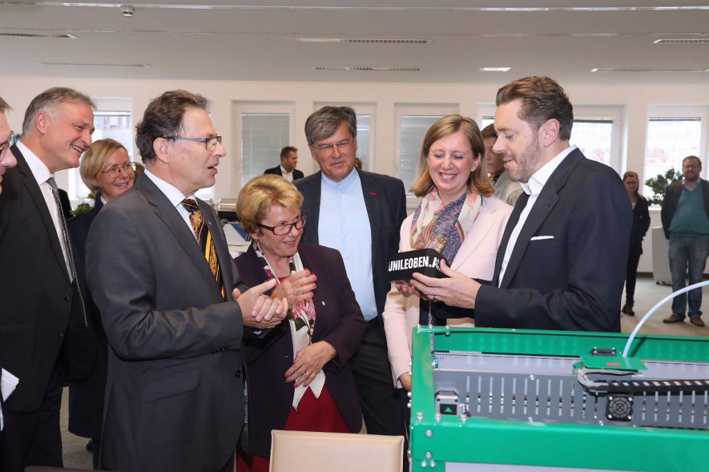 Wissenschaftsminister Harald Mahrer (r.) mit einem symbolischen Modell des künftigen Gebäudes, das mit einem 3-D-Drucker des Departments Kunststofftechnik der Montanuniversität hergestellt worden ist. (Foto: Montanuniversität/Foto Freisinger )