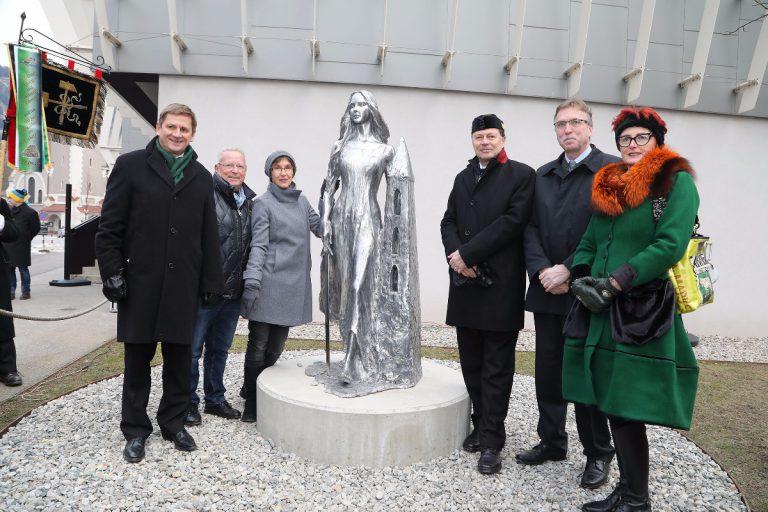 Montanuni: Neue Barbarastatue vor dem Hauptgebäude