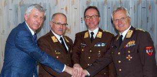 Bezirkshauptmann Hofrat Dr. Walter Kreutzwiesner (links) und Landesfeuerwehrkommandant FWPräs. Albert Kern (rechts) mit dem wiedergewählten Bereichsfeuerwehrkommando OBR Manfred Harrer und BR Ing. Johann Diethart.