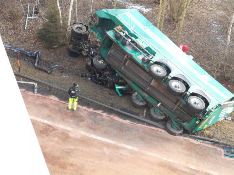 LKW stürzte von Brücke: Lenker tot