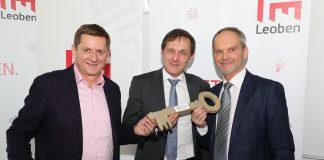 Im Beisein von Leobens Bürgermeister Kurt Wallner übergibt der scheidende Citymanager Anton Hirschmann (r.) seine Agenden an Günter Leitner, Geschäftsführer der Wirtschaftsinitiativen Leoben (WIL).