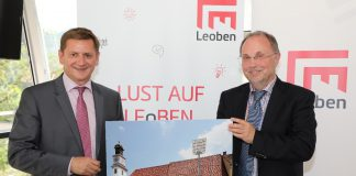Leobens Bürgermeister Kurt Wallner (l.) und Finanzstadtrat Willibald Mautner präsentierten die Entscheidung, im Alten Rathaus ein modernes Kongress- und Veranstaltungszentrum zu bauen. (Foto: Freisinger)