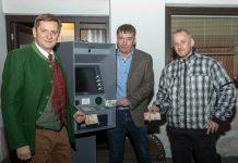 Im Bild. V.l.: Bürgermeister Kurt Wallner, Gemeinderat Klaus Gössmann und Hausbesitzer Jürgen Obermayer (Foto: Pressberger)