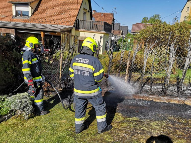 Thujenhecke in Brand gesetzt