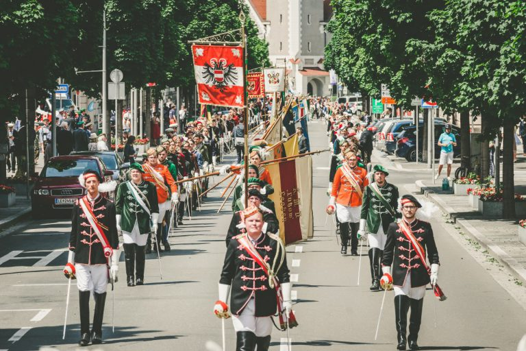 Farbenfrohes Fest – katholische Verbindungen treffen sich in Leoben