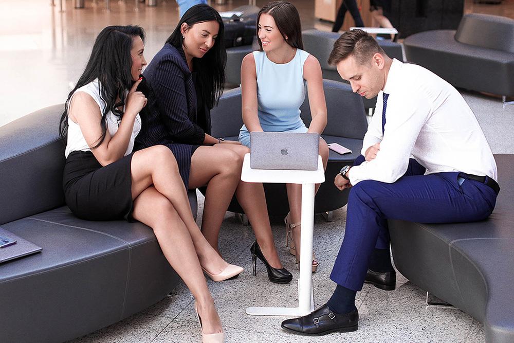 Elvira Gavrilova mit Angestellten des Unternehmens im Amillidius-Büro in Warschau.