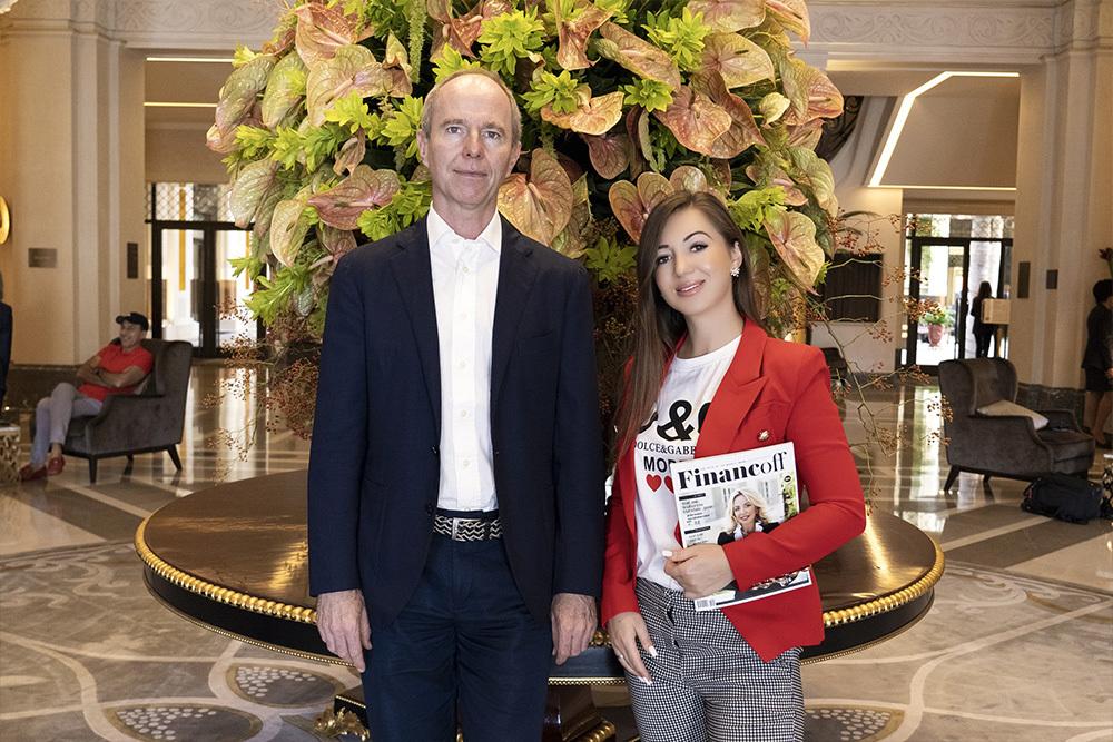 Elvira Gavrilova bei einem Treffen mit Prinz Michael von Jugoslawien, Finanzier, Persönlichkeit des öffentlichen Lebens, Philanthrop (Lobby Hotel De Paris, Monaco).